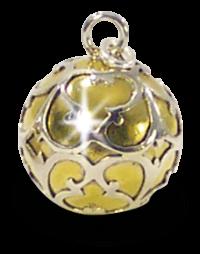 Goldener Klangkugelanhänger mit silbernen Verzierungen